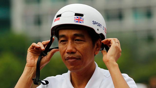 ניצח גנרל לשעבר עם עבר בעייתי של הפרת זכויות אדם. ג'וקווי רוכב על אופניים בלונדון (צילום: רויטרס) (צילום: רויטרס)