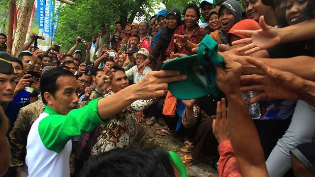נשיא עממי. נשיא אינדונזיה ג'וקו וידודו עם תומכים (צילום: רויטרס)