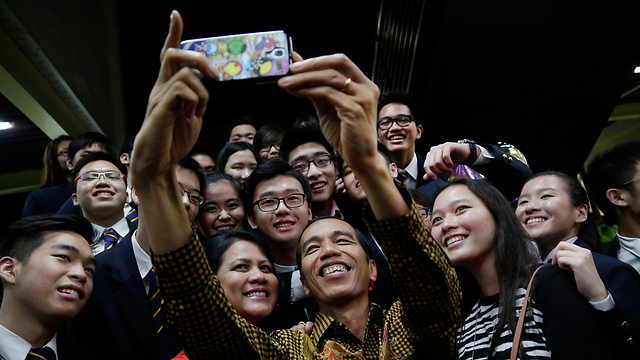 סלפי עם הנשיא. ג'וקווי, אשתו איריאנה וסטודנטים                    (צילום: AP)