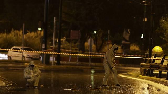 זירת הירי באתונה (צילום: AP) (צילום: AP)