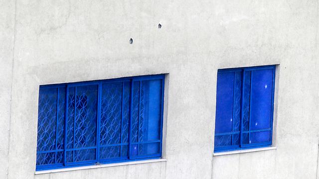 סימני הקליעים על מבנה השגרירות הישראלית באתונה (צילום: AP) (צילום: AP)