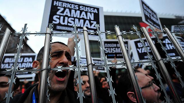 """""""אי אפשר להשתיק את חופש העיתונות"""". הפגנה באיסטנבול של עובדי העיתון """"זמאן"""" (צילום: AFP)"""