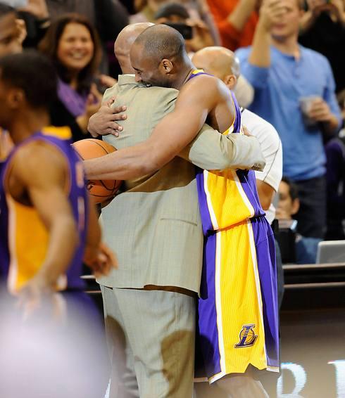 חיבוק חם מהמאמן (צילום: AFP) (צילום: AFP)