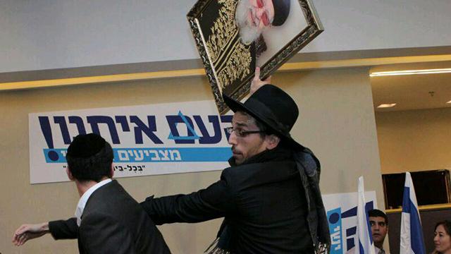 Shas supporters taking the picture of Rabbi Ovadia Yosef (Photo: Shlomi Cohen, Kikar HaShabat)