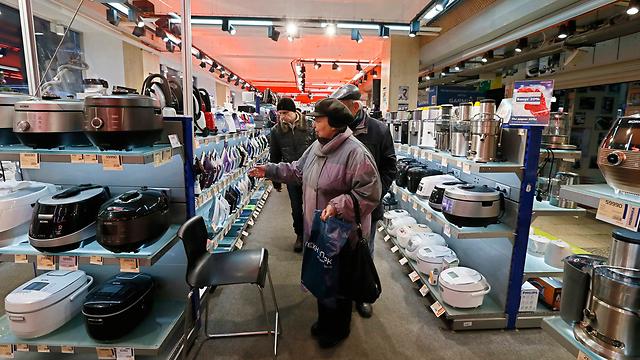 רוסים ממהרים לקנות מוצרים מיובאים (צילום: EPA) (צילום: EPA)
