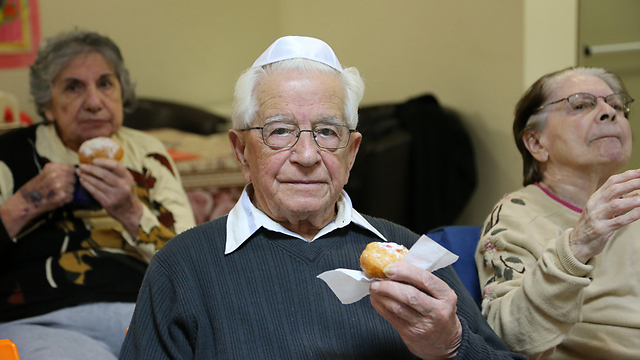 Holocaust survivors eating traditional sufganyot at Gil Oz retirement home in Petah Tikva. (Photo: Yaron Brenner) (Photo: Yaron Brenner)