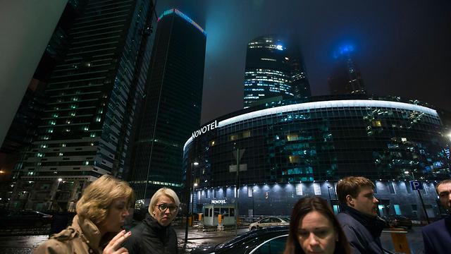 מחוץ לסניף המרת כספים במוסקבה (צילום: AP) (צילום: AP)