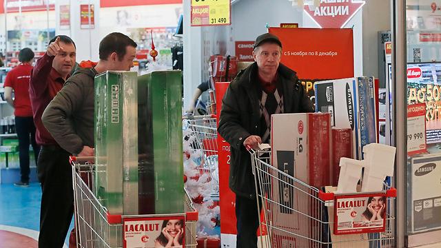 הרוסים רצים לקנות, היום (צילום: EPA) (צילום: EPA)