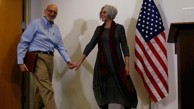 """גרוס עם רעייתו בשובו לארה""""ב, הערב (צילום: רויטרס) (צילום: רויטרס)"""