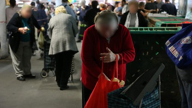 אילו היינו מניחים כי האוכל שאנו משליכים לפח עתיד להאכיל את הילדים הרעבים שלנו, האם היינו זורקים אותו? (צילום: ירון ברנר) (צילום: ירון ברנר)