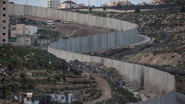 Security barrier separating Jewish neighborhood Pisgat Ze'ev and Arab neighborhood Shuafat (Photo: EPA)