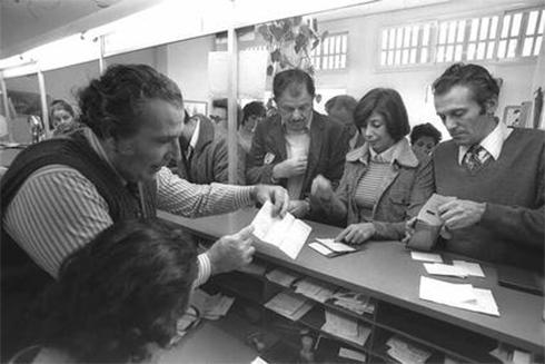 """נהגים הגיעו לסניפי הדואר כדי לקבל את התווית ליום השבתון (צילום: יעקב סער, לע""""מ) (צילום: יעקב סער, לע"""