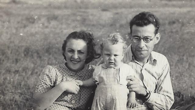 הפעוט נפתלי רגב עם הוריו. אחד מ-60 התינוקות שנולדו באי (צילום: באדיבות נפתלי רגב ) (צילום: באדיבות נפתלי רגב )