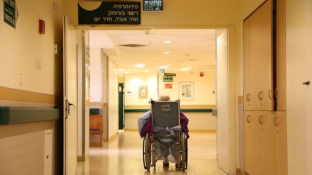 המטופלים הסיעודיים סומכים בעיקר על בני משפחתם (צילום: ירון ברנר) (צילום: ירון ברנר)