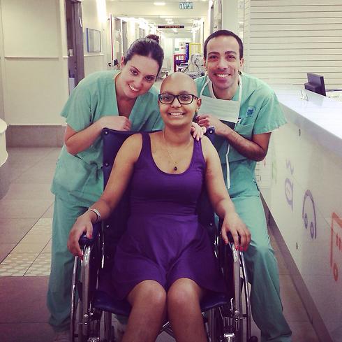 """עם הצוות התומך בבית החולים """"דנה"""" ()"""