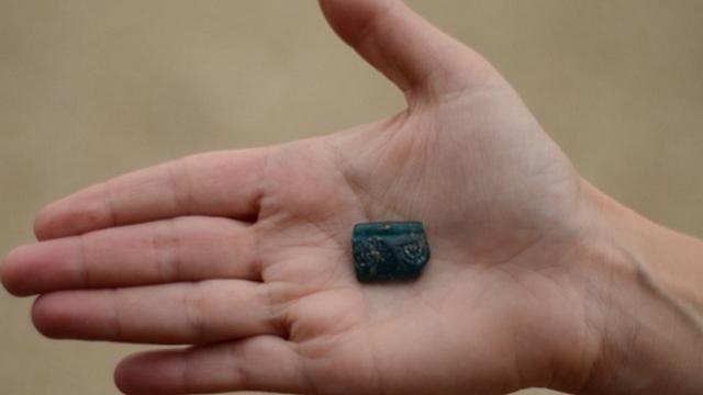 שבר צמיד  (צילום: יולי שוורץ, רשות העתיקות : ) (צילום: יולי שוורץ, רשות העתיקות : )