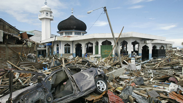 Debris scattered around a mosque at Banda Aceh on January 11, 2005. (Photo: AP)