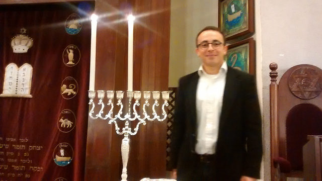 Mark Halawa on the first night of Hanukkah in Tel Aviv's Great Synagogue (Photo: Anav Silverman, Tazpit)