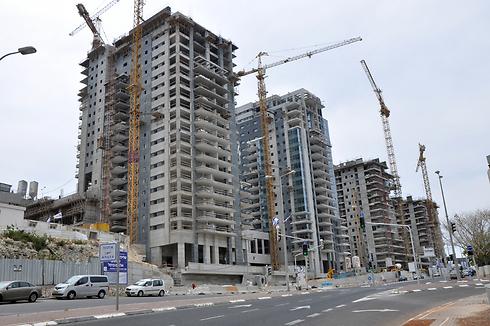"""בנייה חדשה בנשר. """"שמחה שהתפשרנו"""" (צילום: ג'ורג' גינסבורג)"""