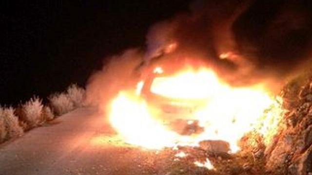 """הרכב שבו נסעו אב ובתו נשרף כליל (צילום: צוות צחי - כוננים קרנ""""ש) (צילום: צוות צחי - כוננים קרנ"""