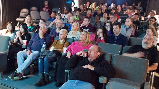 """ארה""""ב: צופים ב""""ראיון סוף"""" (צילום: AFP) (צילום: AFP)"""