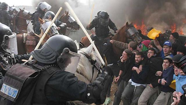 The traumatic evacuation of Amona in 2006. (Photo: Gil Yohanan) (Photo: Gil Yohanan)