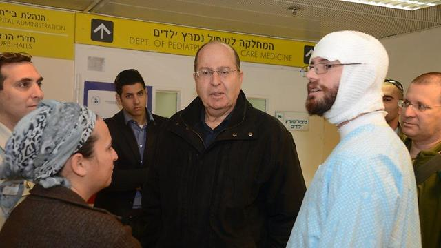 Then-Defense Minister Ya'alon visits Ayla and her father at the hospital (Photo: Yair Sagi)
