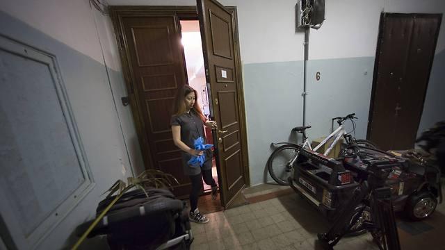 אופניים במסדרון. הכניסה לאולפן במוסקבה (צילום: AP)