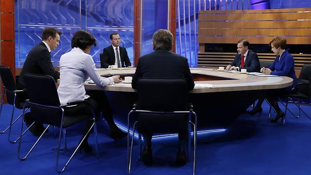זייגר (ראשון משמאל) בראיון עם מדבדב (צילום: AP)