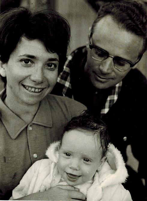 אפרים קישון עם אשתו שרה והבן עמיר ()