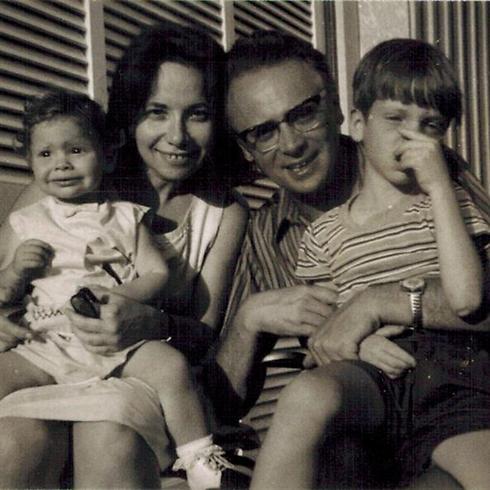 משפחת קישון מתרחבת: אבא אפרים, אמא שרה והילדים עמיר ורננה ()