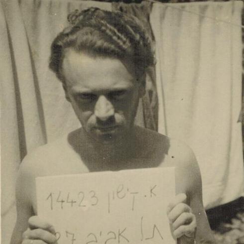 אפרים קישון במעברת שער העלייה, 1949 (צילומים: מתוך האלבום המשפחתי) ()