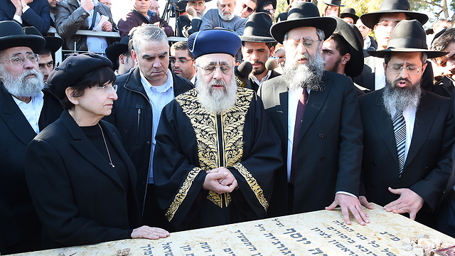 Yosef family visits Rabbi Ovadia Yosef's grave (Photo: Israel Bardugo)