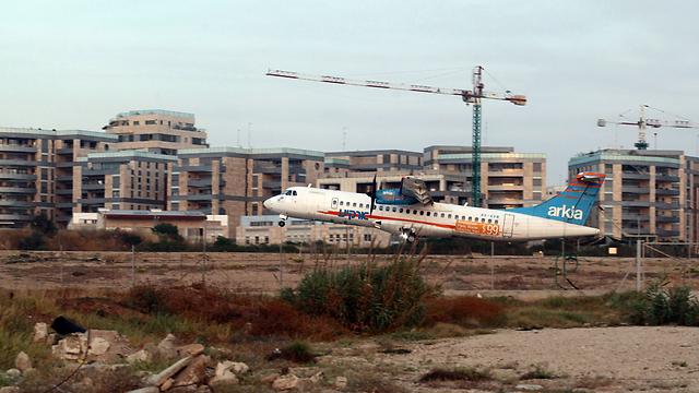 מטוס ארקיע בשדה דוב (צילום: תומריקו)