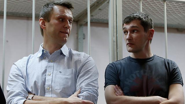 אלכסיי נבלני (משמאל) ואחיו אולג (צילום: AP)
