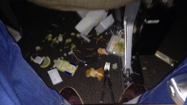 הכאוס על רצפת המטוס (צילום: ניסן שטראוכלר)