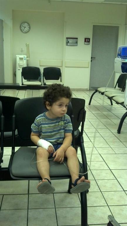 """אסף בגיל 3, באחד האשפוזים. """"הוא נחשב בריא, אבל עדיין נמצא בקבוצת סיכון"""" ()"""