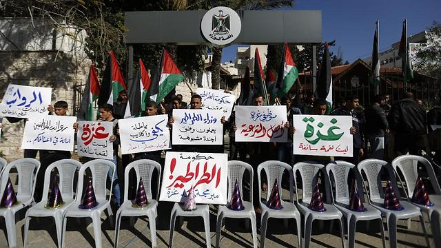 Hamas civil servants block the entrance to the Gaza City headquarters of the Palestinian unity government (Photo: AFP) (Photo: AFP)