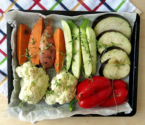 מכניסים קודם את הירקות לתנור (צילום: אופיר פז)