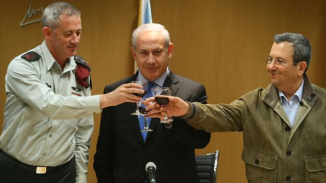 Gantz, Netanyahu and Barak (Photo: Tomeriko)