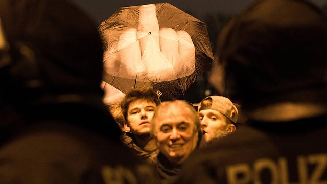 אצבע משולשת נגד המפגינים האנטי-איסלאמים (צילום: Gettyimages) (צילום: Gettyimages)