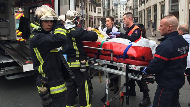 פינוי נפגעים מזירת האירוע (צילום: AFP) (צילום: AFP)