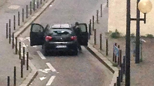 החמושים יוצאים מהרכב (צילום: AFP) (צילום: AFP)