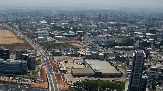 צילום אווירי של שכונת אם המושבות בפתח תקווה. המחירים קפצו כאן, כך גם יהיה אצל השכנות? (צילום: באדיבות Lowshot)