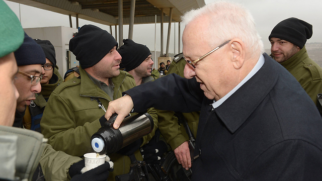 Rivlin serves hot tea to IDF troops during last winter's storms (Photo: GPO) (Photo: Haim Tzach, GPO)