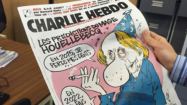 הגליון האחרון של העיתון הסאטירי ובתמונת השער שלו קריקטורה של הסופר מישל וולבק, שידוע באמירות שנויות במחלוקת נגד איסלאם (צילום: EPA)