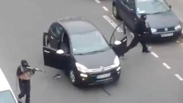החמושים יורים לעבר שוטר (צילום: MCT)