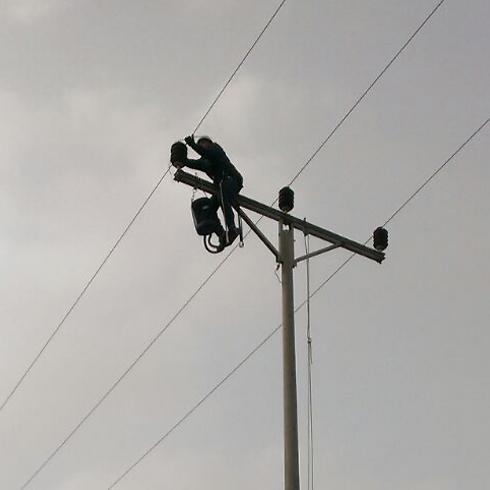 IEC employee fixing power line in Ariel (Photo: IEC) (Photo: Israel Electric Corporation)