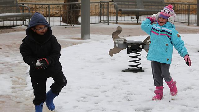 השלג אכזב, אז משתעשעים עם מה שיש (צילום: גיל יוחנן) (צילום: גיל יוחנן)