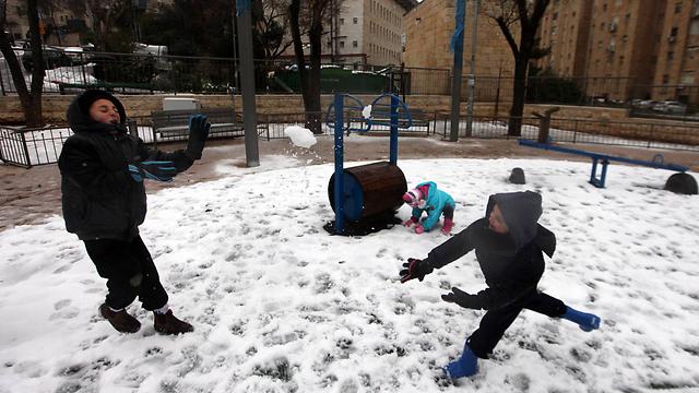 משחקים בשלג בירושלים, היום (צילום: גיל יוחנן) (צילום: גיל יוחנן)